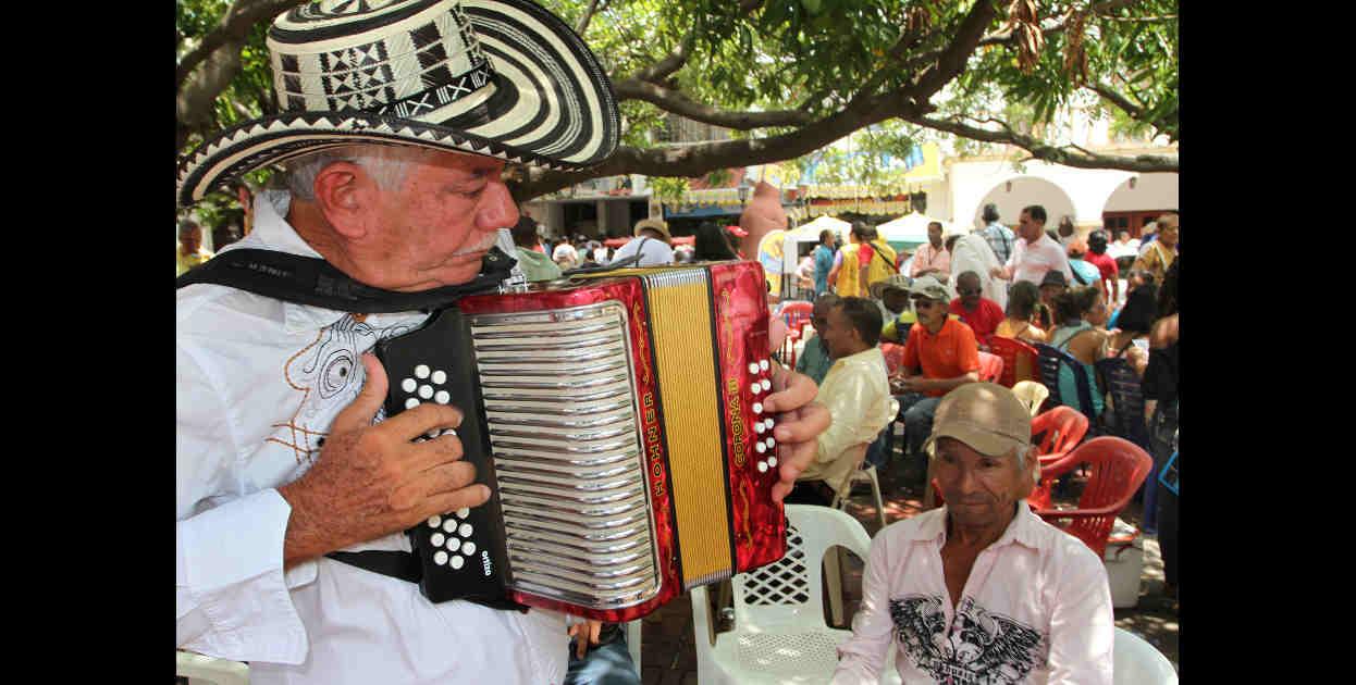 F�lix Arrieta vino desde Sincelejo para presentar al concurso. Practica en las afuera de la plaza antes de subir a tarima.  Fotos: Carlos Capella