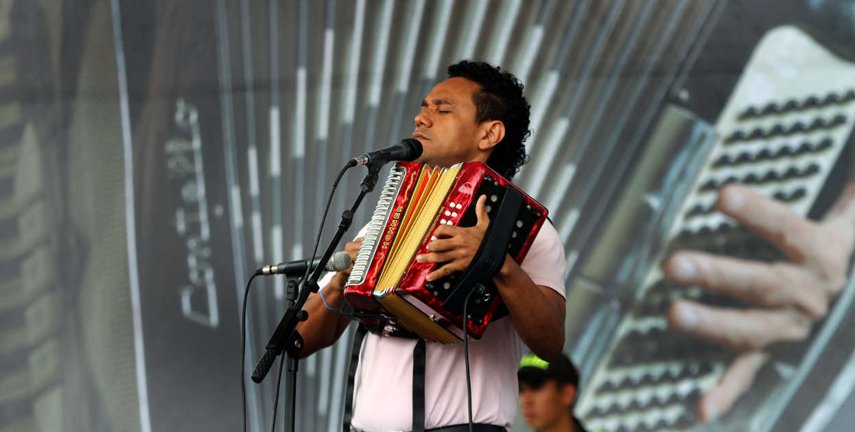 Eibar Guti�rrez participando en la primera eliminatoria de la categor�a de acordeonero  profesional en la plaza Alfonso L�pez.