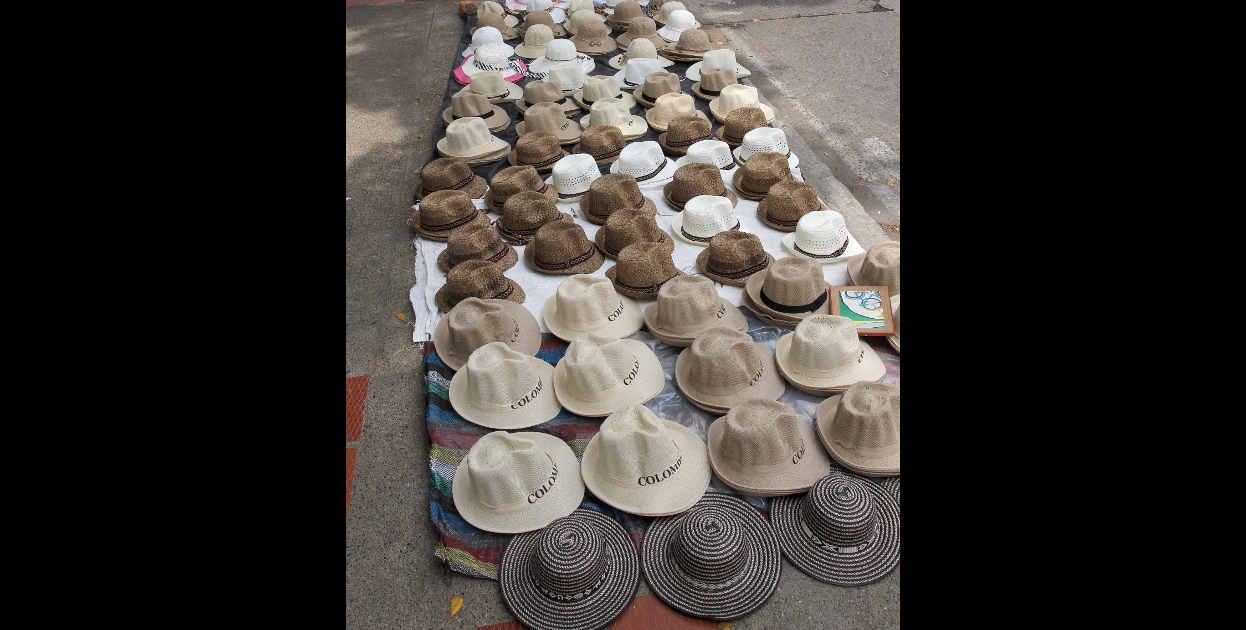 Muchos comerciantes esperan las fiestas para ganar dinero extra con la venta de sombreros, ponchos y dem�s.
