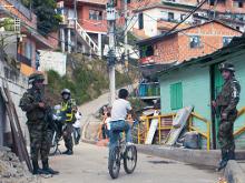 En Medellín se paga hasta por cruzar la calle