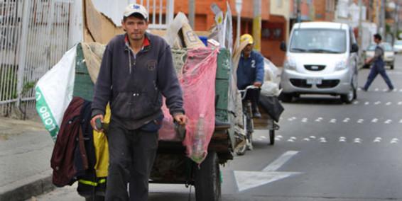 Resultado de imagen para hombre que recoge basura en el barrio en carreta.