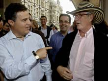 El alcalde de Barcelona y su recorrido por las calles de Medellín