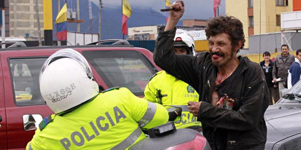 """Resultado de imagen para gente agrediendo a la policia"""""""