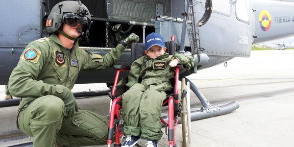 Miguelito, junto al oficial al mando del helicóptero, antes de emprender el vuelo por el cielo bogotano.