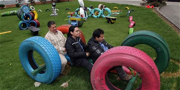 Universitarios crean parques para ni os con llantas for Piscinas de fibra de vidrio usadas