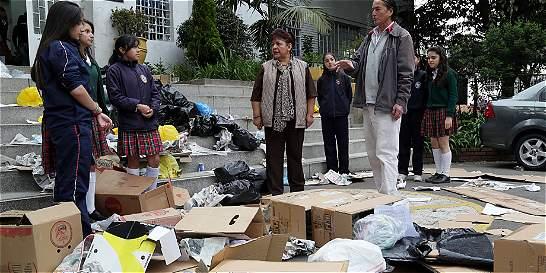 Riegan basura en la entrada de un colegio para enseñar a reciclar