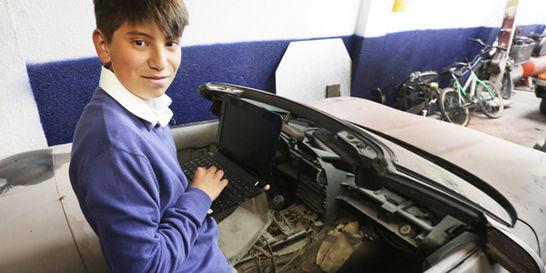 El niño que salva del olvido a los carros abandonados