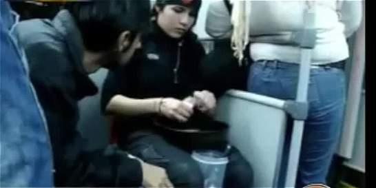 ¿Performance? Video registra a mujer cocinando en bus de TransMilenio