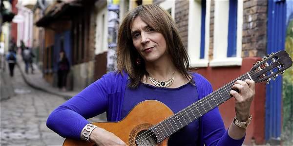 Amelie se paseo con su guitarra por el emblemático barrio La Candelaria.