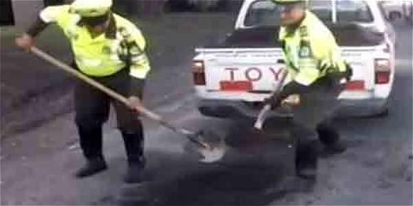 A la Policía le tocó tapar huecos en Bogotá