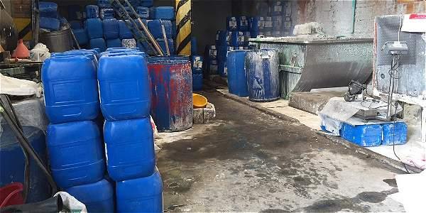 Esta semana, la comunidad de Engativá pueblo alertó sobre la presencia de una fábrica en la carrera 113 n.º 64-45, en donde se encontraban más de 100 contenedores con ácido fosfórico.