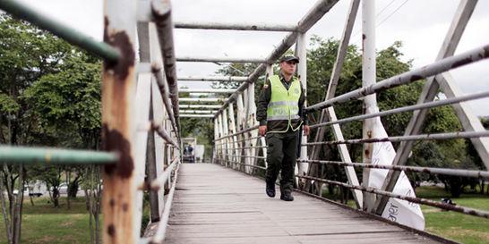 Refuerzan seguridad de 24 puentes peatonales de Bogotá