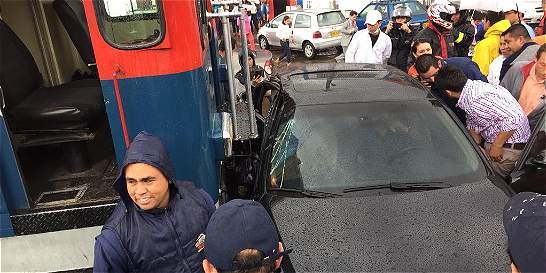 Choque entre un BMW y Tren de La Sabana en el centro de Bogotá