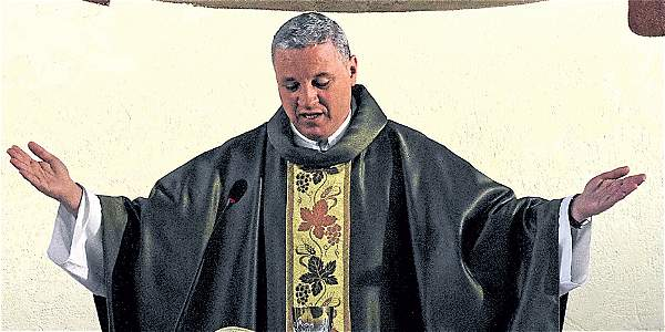 El cura brasileño que da la misa en alemán en Bogotá