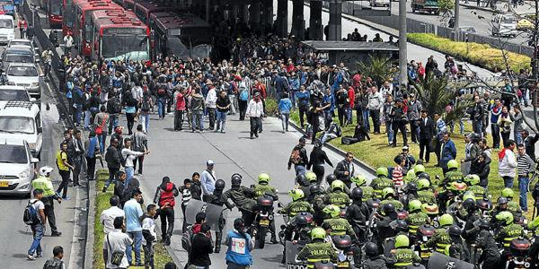 Es frecuente que los usuarios se lancen a las vías y comiencen a protestar por fallas en el servicio, lo que termina en disturbios.