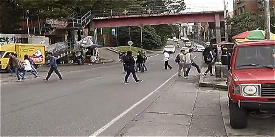 Peatones que arriesgan su vida, la 'chambonada' del día