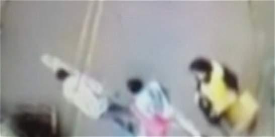 Video: niña es atropellada por una moto en Kennedy