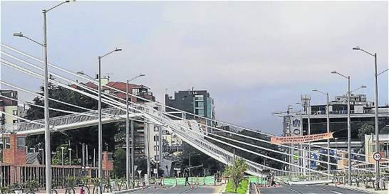 Coroneles, a responder por caída de puente peatonal en norte de Bogotá