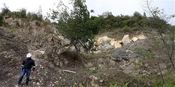 Las rocas de la montaña presentan una falla que hace que estas se inclinen hacia la comunidad. Rodrigo Sepúlveda / EL TIEMPO