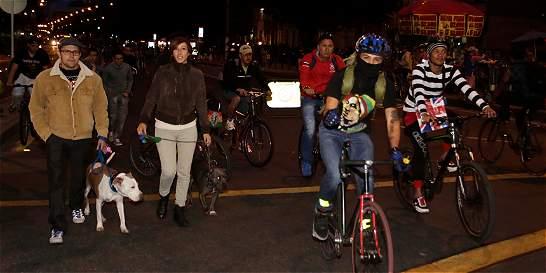 Pedaleando en la noche se celebró cumpleaños de Bogotá