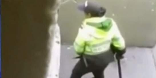 La policía que agredió a mujer había sido agredida minutos antes