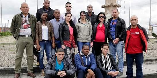 Médicos cubanos varados en Bogotá temen por su visa