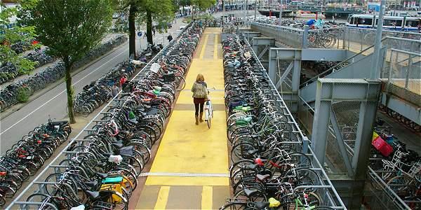 Son tantas las bicicletas, que no hay espacio para todas. Por eso, unas 25.000 caen a los canales de Ámsterdam.