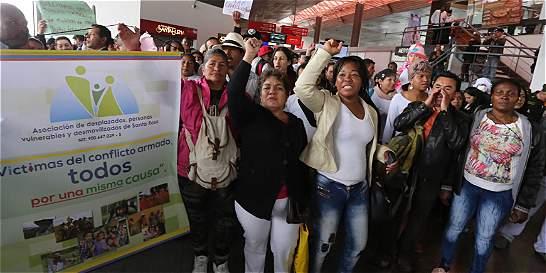 Desplazados desalojan Puente Aéreo tras acuerdo con el Gobierno