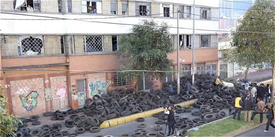 Con gases lacrimógenos Esmad se toma edificio con desplazados