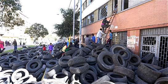 Toma de desplazados en Bogotá destapó peligroso depósito de llantas