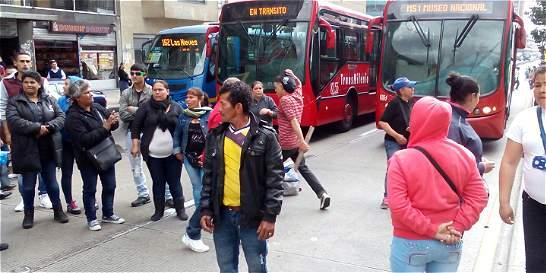 Vendedores ambulantes bloquean por una hora TransMilenio en el centro