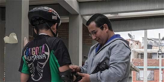 El profesor que puso a patinar a niños ciegos en el sur de Bogotá