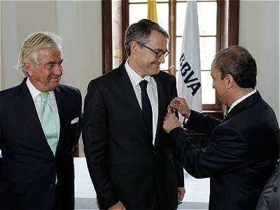 Condecoración al presidente de BBVA Colombia