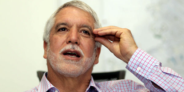 Enrique Peñalosa Londoño insiste en que los estudios actuales del metro sirven en un 90 por ciento para la línea elevada.