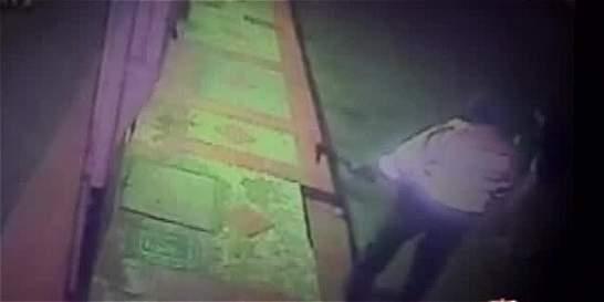 En video: joven de 23 años fue presuntamente agredido por un policía