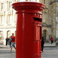Restauran histórico buzón de correos en el centro