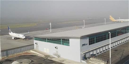 Aeropuerto El Dorado reinicia operaciones tras cierre por niebla