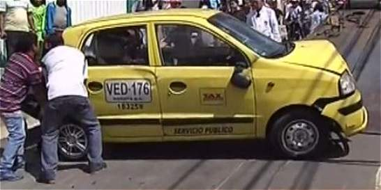 Taxista perdió el control de su vehículo y arrolló a una mujer