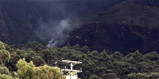 Bomberos verifica situación en los cerros, por columnas de humo