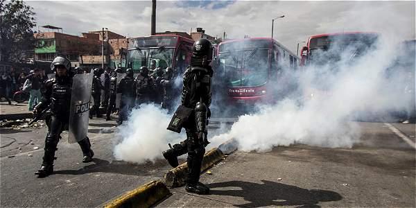 Miembros del Esmad hicieron presencia en la zona para controlar a los vándalos que rompían vidrios y puertas de los buses.