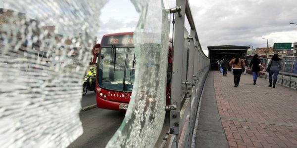 Los vidrios de la estación Biblioteca El Tintal terminaron destrozados tras haber sido impactados por piedras.
