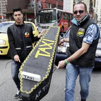 Estampida de taxistas a Uber, otro golpe para los 'amarillos'