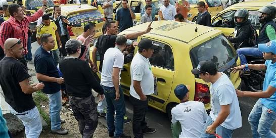 Una pasajera embarazada, víctima de ataques de taxistas