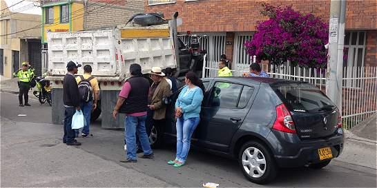Volqueta casi se entra a una casa, tras accidente en la calle 163
