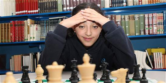 Paula, la 'reina azul' del ajedrez en Bogotá