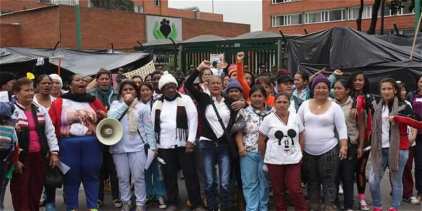 En medio de carpas cubiertas por bolsas de basura, madres comunitarias llegaron a Bogotá para protestar.