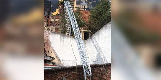 Dos obreros muertos dejó el colapso de dos antenas en Bogotá