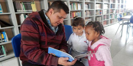 Los niños de 5 años que son autores de su libro de cuentos