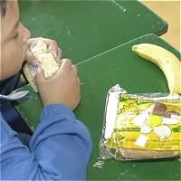 Denuncian entrega de refrigerios en mal estado en colegio de Bogotá