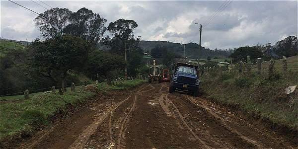 Así marchan las obras de mantenimiento de la vía que va de La Aurora a Márquez, veredas de La Calera.